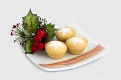 La fruta de la Navidad pica las empanadas en la placa - aislada Imagen de archivo libre de regalías