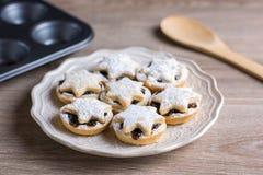 La fruta de la Navidad pica las empanadas en una placa Fotografía de archivo libre de regalías