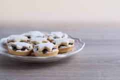 La fruta de la Navidad pica las empanadas en una placa Imagen de archivo libre de regalías