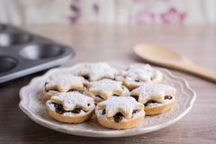 La fruta de la Navidad pica las empanadas en una placa Imagen de archivo