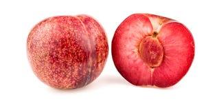 La fruta del ciruelo del albaricoque de Pluot cortó por la mitad con la semilla Imágenes de archivo libres de regalías