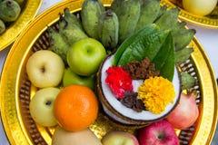 la fruta del frash adorna en la bandeja para la adoración para dios del hindi en diwava Fotos de archivo libres de regalías