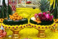 la fruta del frash adorna en la bandeja para la adoración para dios del hindi en diwava Fotografía de archivo libre de regalías