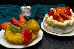 la fruta deliciosa fresca se apelmaza con la vela blanca del corazón Día de fiesta romántico, fechando Foto de archivo libre de regalías