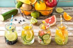 La fruta infundió el agua del detox en los tarros y los ingredientes de cristal Fotos de archivo libres de regalías