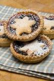 La fruta pica a las tartas para el día de la Navidad en la toalla de té Imagen de archivo libre de regalías