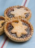 La fruta pica a las tartas para el día de la Navidad en la toalla de té Imágenes de archivo libres de regalías