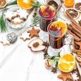 La fruta roja caliente reflexionada sobre del sacador de la copa de vino condimenta la comida de la Navidad Imágenes de archivo libres de regalías