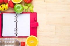 La fruta sana con la cinta métrica en el top de madera, para pierde el peso, dieta, aún fondo de la vida, concepto sano de la for Imágenes de archivo libres de regalías
