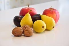 La fruta varía en la tabla de cocina Imagen de archivo