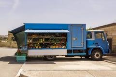 La fruta y verdura está en venta en la furgoneta Foto de archivo