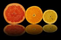 La frutta affettata su una priorità bassa nera Immagine Stock