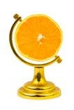 La frutta arancione gradice un globo fotografie stock