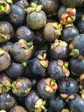 La frutta deliziosa del mangostano ha sistemato su un fondo, la carne del mangostano, vista superiore Fotografia Stock Libera da Diritti