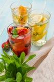 La frutta della disintossicazione ha infuso l'acqua condita immagine stock