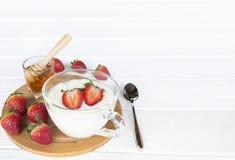 La frutta della fragola del yogurt spruzza il miele immagini stock
