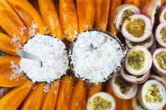 La frutta della papaia e della noce di cocco è servito su un vassoio nel cuoco Isla di Rarotonga Fotografie Stock