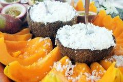 La frutta della papaia e della noce di cocco è servito su un vassoio nel cuoco Isla di Rarotonga Immagini Stock Libere da Diritti