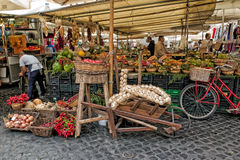 La frutta e la verdura si bloccano, campo de ` Fiori Immagine Stock Libera da Diritti