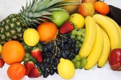 La frutta e le mele delle verdure hanno isolato l'ananas bianco, peperoni delle carote delle patate dell'uva della fragola Fotografie Stock Libere da Diritti