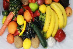 La frutta e le mele delle verdure hanno isolato l'ananas bianco, peperoni delle carote delle patate dell'uva della fragola Fotografia Stock Libera da Diritti
