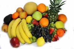 La frutta e le mele delle verdure hanno isolato l'ananas bianco, peperoni delle carote delle patate dell'uva della fragola Fotografia Stock