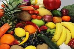 La frutta e le mele delle verdure hanno isolato l'ananas bianco, peperoni delle carote delle patate dell'uva della fragola Immagini Stock Libere da Diritti