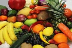 La frutta e le mele delle verdure hanno isolato l'ananas bianco, peperoni delle carote delle patate dell'uva della fragola Immagine Stock