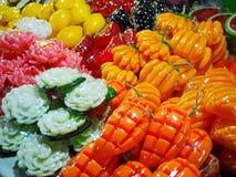 La frutta fatta a mano ed il fiore di aromaterapia hanno modellato i saponi fotografie stock