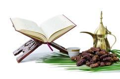 La frutta santa delle date e del Quran Fotografia Stock