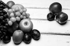La frutta sulla tavola Immagini Stock Libere da Diritti