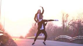 La fucilazione del movimento lento come coppia bella è ballante e facente il supporto nell'aria contro lo sfondo del archivi video