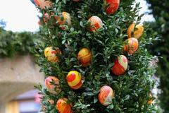 La fuente adornó los huevos de Pascua Imagen de archivo libre de regalías