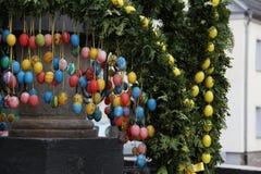 La fuente adornó los huevos de Pascua Fotos de archivo libres de regalías