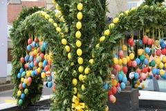 La fuente adornó los huevos de Pascua Imágenes de archivo libres de regalías