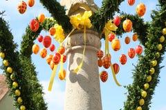 La fuente adornó los huevos de Pascua Foto de archivo libre de regalías