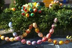 La fuente adornó los huevos de Pascua/los huevos de Pascua adornados bien Imagen de archivo