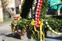 La fuente adornó los huevos de Pascua/los huevos de Pascua adornados bien Fotos de archivo
