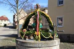La fuente adornó los huevos de Pascua/los huevos de Pascua adornados bien Fotografía de archivo libre de regalías