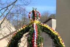 La fuente adornó los huevos de Pascua/los huevos de Pascua adornados bien Foto de archivo libre de regalías