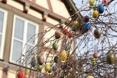 La fuente adornó los huevos de Pascua/los huevos de Pascua adornados bien Imágenes de archivo libres de regalías