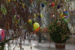 La fuente adornó los huevos de Pascua/los huevos de Pascua adornados bien Fotografía de archivo