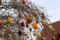 La fuente adornó los huevos de Pascua/los huevos de Pascua adornados bien Fotos de archivo libres de regalías