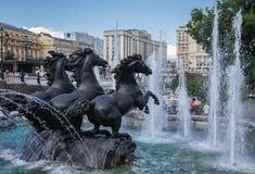La fuente cuatro estaciones con los caballos en Manezh ajusta en Alexander foto de archivo libre de regalías