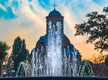La fuente de agua cabe en el contorno de la iglesia fotografía de archivo libre de regalías