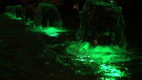 La fuente de agua y dejó la luz cambiante del color almacen de video