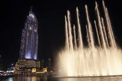 La fuente de Dubai es el sistema choreographed más grande de la fuente del mundo fijado en los 30 acres Burj artificial Imagenes de archivo