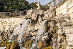 La fuente de los delfínes, en Royal Palace de Caserta, Italia Fotografía de archivo