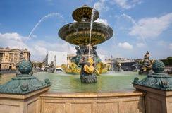 La fuente de los mares en la plaza de la Concordia en París Uno de los cuadrados más famosos de París, Francia imágenes de archivo libres de regalías