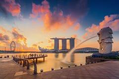 La fuente de Merlion delante del hotel de Marina Bay Sands Foto de archivo